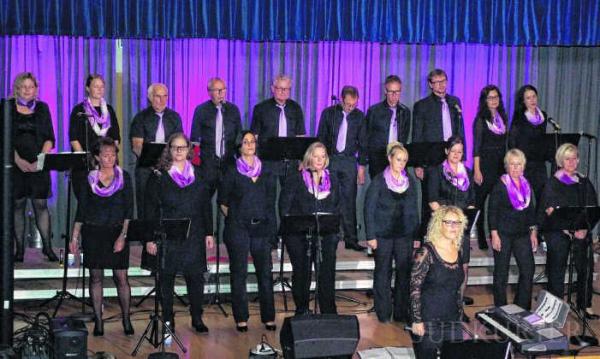 Ein musikalischer Leckerbissen wurde das Konzert des Chor Voices in der Gemeindehalle Obermettingen. Mit Pop- und Rocksongs begeisterten die Sänger das Publikum im voll besetzten Haus.