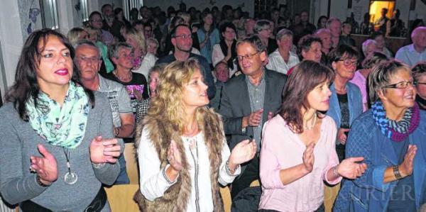 Die Besucher des Konzerts von dem Chor Voices hielt es am Ende des Konzerts nicht auf ihren Stühlen und die Akteure erhielten begeisterten Beifall.